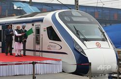 インドの首都ニューデリーの駅で、同国初の準高速列車「バンデバラト・エクスプレス」の開業記念式典に出席したナレンドラ・モディ首相(左から2人目、2019年2月15日撮影)。(c)AFP=時事/AFPBB News