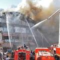 インド・スーラトで起きた大火災の消火活動にあたる消防隊(2019年5月24日撮影)。(c)STR / AFP