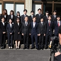 スーツ姿で村長と記念撮影をする村の新成人たち=2020年1月、宮崎県諸塚村