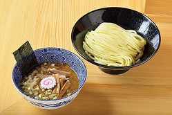 豚骨の旨味を魚介ダシで包み濃度を増したダブルスープ