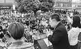 (写真)街頭で訴える小池晃書記局長(中央)と、吉良よし子参院議員(右)、池内さおり前衆院議員(左)=21日、東京・赤羽駅前