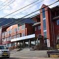 アミューズの本社移転先となる旧レイクホテル西湖の建物=山梨県富士河口湖町西湖(渡辺浩撮影)