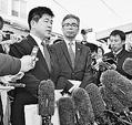 (写真)籠池被告との接見の報告をする日本共産党の宮本岳志衆院議員(左から2人目)と希望の党の今井雅人衆院議員(左端)=23日、大阪拘置所