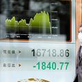 3月中旬、NYダウの暴落を受け、日経平均株価は一時1万7千円を割った=2020年3月13日午前10時19分、名古屋市中村区