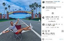 入り口で記念写真を撮るジェイソンさん(画像は『Jete 2020年11月21日付Instagram「don't mind me i'm just directing traffic」』のスクリーンショット)