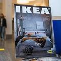 スウェーデンの首都ストックホルム近郊のイケア店舗に置かれた商品カタログ(2020年12月7日撮影)。(c)Jonathan NACKSTRAND / AFP