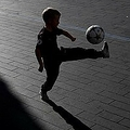 サッカーボールで遊ぶ子ども(2018年9月24日撮影、資料写真)。(c)Adrian DENNIS / AFP