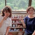 玉川釉薬の釉薬職人の姉・尋子さん(左)と、広報や新規事業を担当する幸枝さん