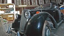 納屋に眠っていた謎のクラシックカーの正体は?│ルーフに厚く積もるほこりが物語る年月