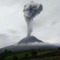 噴煙を上げるインドネシア・スマトラ島のシナブン山(2021年5月7日撮影)。(c)Iksan Gitsu / AFP