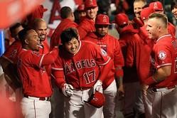 メジャー1号となる本塁打を放ち、ベンチで祝福を受けたエンゼルス・大谷翔平【写真:Getty Images】