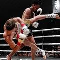 3回、那須川天心の胴回し回転蹴りが顔面にクリーンヒットし、治療の末TKO勝ちを収める=エディオンアリーナ大阪(撮影・高石航平)