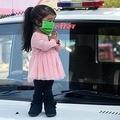 インド西部マハラシュトラ州ナグプールで、新型コロナウイルス拡大予防のため家にいるよう人々に訴えた際に警察官(右)にあいさつをする、世界で最も身長の低い女性としてギネス世界記録に認定されているジョティ・アムゲさん(左、2020年4月13日撮影)。(c)AFP