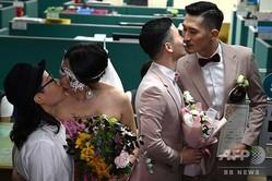 台湾・台北市で、婚姻届を提出しに信義区の役所を訪れたカップルたち(2019年5月24日撮影)。(c)Sam YEH / AFP