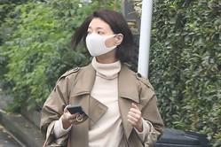 11月下旬の朝、坂本の自宅から前日と同じコートで出てきた朝海。