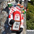 ラグビー選手にタックルされる「令和」の額を持ったサンタ=2019年11月20日午前、神戸市中央区、遠藤真梨撮影