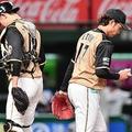 3回、2点目を奪われ下を向く伊藤(右)=撮影・園田高夫