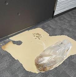 ドリンクが床に落下して水浸しに(女性のツイートから)