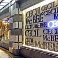 ファッションビルのショーウインドウを埋めるセシルマクビー(福岡市)。 セシルといえば「ファッションビルの一等地」への出店が定番であった。