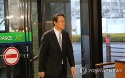 硬い表情で外務省に入る李洙勲・駐日大使=9日、東京(聯合ニュース)