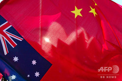 豪シドニーに掲揚されたオーストラリアと中国の国旗(2002年9月19日撮影、資料写真)。(c)TORSTEN BLACKWOOD / AFP