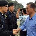 竹島を訪問し、警備隊員たちを激励している文在寅大統領