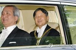 赤坂御所から皇居に向かう新天皇=1日、東京(共同=聯合ニュース)