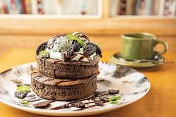 季節限定メニュー、チョコミントパンケーキ ダブル(1,512円)。シングルは(1,026 円)。 コーヒー風味の生地と清涼感あるミントホイップのコンビが大人の味わい。〜7月中旬/(C)KADOKAWA 撮影= 後藤利江