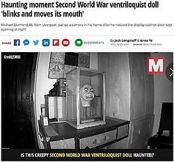夜中にキャビネットのドアを開けて瞬きする腹話術人形(画像は『Mirror 2019年10月18日付「Haunting moment Second World War ventriloquist doll 'blinks and moves its mouth'」(Image: Michael Diamond /SWNS.COM)』のスクリーンショット)