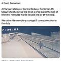転落した子供を救おうと全速力で駆け寄る職員(画像は『Ministry of Railways 2021年4月18日付Twitter「A Good Samaritan: At Vangani station of Central Railway, Pointsman Mr. Mayur Shelkhe saved the life of a child just in the nick of the time.」』のスクリーンショット)