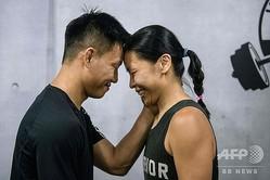 エレイン・トーさん(右)とヘンリー・トンさん。香港で(2020年6月22日撮影)。(c)Anthony WALLACE / AFP