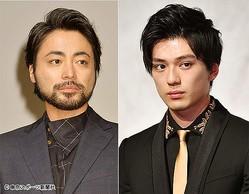 人気俳優の山田孝之(左)と新田真剣佑