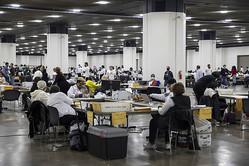 ミシガン州デトロイトの開票所=2020年11月4日 (Elaine Cromie/Getty Images)