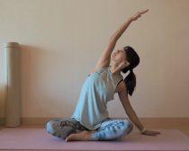 (2)右手を真上に伸ばし【息・吸う】、上体を左に倒す【息・吐く】