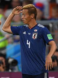 本田圭佑がチームメイトの前で美声を披露!『君が代』を独唱し「ニッポン!」コールも
