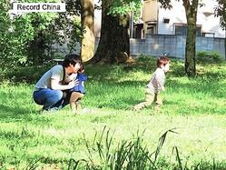 8日、中国中央テレビの微博アカウントは、日本の昨年の出生数が過去最低となったことを報じた。写真は日本の親子。