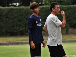 U-19日本代表の影山雅永監督(右)と談笑するMF郷家友太
