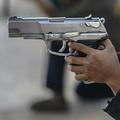 メキシコ南部ゲレロ州で、銃を構える少年(2020年1月24日撮影、資料写真)。(c)Pedro PARDO / AFP
