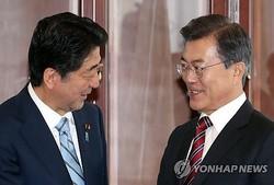 文大統領(右)と安倍首相=7日、ウラジオストク(聯合ニュース)