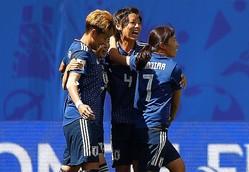 試合終了のホイッスルが鳴り響き、主将の熊谷(中央)らが勝利の喜びを分かち合う。駆けつけてくれたサポーターには、選手・スタッフが揃って頭を下げていた。 (C) Getty Images