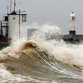 暴風雨「デニス」が直撃した英ウェールズ南部ポースコールの防波堤に打ち上がる波(2020年2月15日撮影)。(c)GEOFF CADDICK / AFP