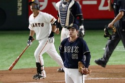 7回巨人一死一塁、代打中島に同点2ランを浴びたオリックス・榊原=東京ドーム(C)Kyodo News