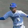 3回、福田の中犠飛で先制ホームに滑り込んだ根尾(右)は、次打者・ビシエドとタッチを交わす