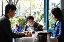 パリのレストランで蒔野が洋子に告白するシーン  - (C) 2019 フジテレビジョン アミューズ 東宝 コルク