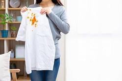 女性が白いシャツをもつ様子