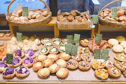 旬野菜のトッピングが彩りあふれる総菜パンなど、目をひくパンが7時30分から購入できる/de tout Painduce エキマルシェ大阪店