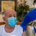 米コネティカット州マンチェスターで、新型コロナウイルスワクチンを接種する医療従事者(2021年2月12日撮影)。(c)Joseph Prezioso / AFP