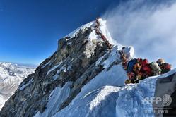 登山者が列を成すエベレスト山頂。登山家ニルマル・プルジャ氏の登山チーム「Project Possible」提供(2019年5月22日撮影)。(c)AFP=時事/AFPBB News