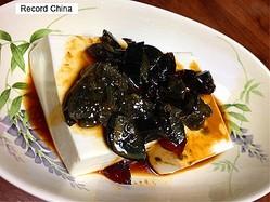 10日、観察者網によると、スウェーデンで今月末、「気持ち悪い食べ物」を展示する世界初の博物館が3カ月限定でオープンする。写真はピータン豆腐。