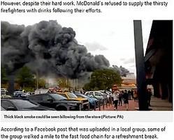 黒々と煙が立ち上るB&Mストア(画像は『Metro 2018年10月14日付「McDonald's refuses to give free hot drinks to firefighters tackling huge blaze」(Picture: PA)』のスクリーンショット)